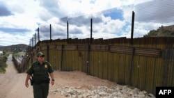 АҚШ-тың Мексикамен шекарасындағы қабырға, Аризона штаты (Көрнекі сурет).