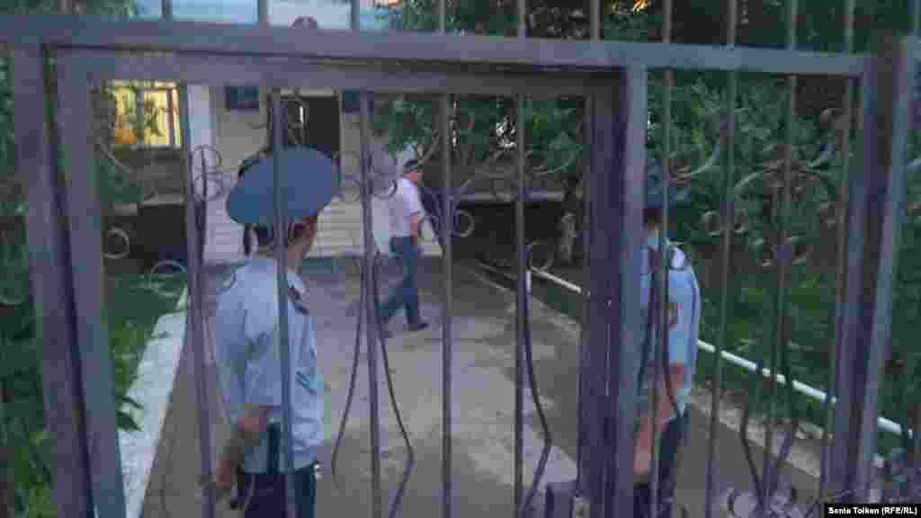 17 марта получили распространение сообщения о задержаниях активистов, в ночь на 18 мая суды выносили постановления об административном аресте на 10-15 суток. Активистам вменили нарушение законодательства о порядке проведения мирных собраний. Сообщается, что нескольких из них привлекают и к уголовной ответственности. На фото: полицейские у ворот перед зданием специализированного административного суда Атырауской области, где рассматриваются дела в отношении местных активистов Макса Бокаева и Талгата Аяна. Атырау, 17 мая 2016 года.