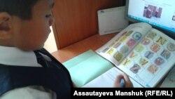 Школьник за учебником английского языка.