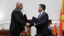 Премиерите на Македония и на България Зоран Заев и Бойко Борисов подписват договора за добросъседство между двете страни. 1 август 2017 г.