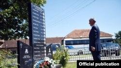 Presidenti, Hashim Thaçi, vendos kurorë lulesh në Gorazhdec të Pejës