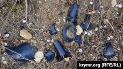 На склонах встречается множество осколков от старых бутылок