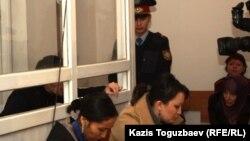 Саян Хайыровтың жұбайы Шынар Бисенбаева (оң жақ шеттегі хиджаб киген адам). Алматы, 7 қараша 2013 жыл.