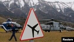 Верталёты ад французскай жандармэрыі і ВПС у французскіх Альпах падчас выратавальнай апэрацыі каля месца крушэньня Airbus A320