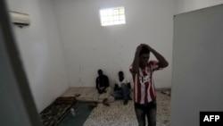 Pritvorenici u ćeliji u bivšem policijskom štabu u libijskom gradu Zavija, 26. august 2011.