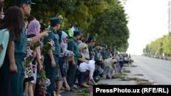 Граѓаните на Узбекистан положуваат цвеќе во чест на Каримов.