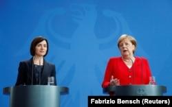Санду во время своего премьерства на встрече с канцлером Германии Ангелой Меркель