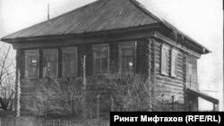 Типичный сибирский двухэтажный дом из бревен