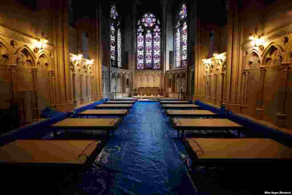 """Болнични легла бяха разположени в катедралната църква """"Свети Йоан Блажени"""" в Манхатън, Ню Йорк, на 8 април."""