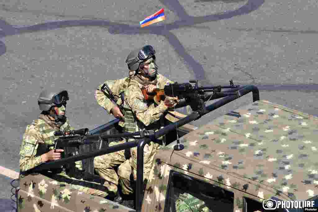 Арменияның тәуелсіздігін жариялағанына 25 жыл толуына орай Ереванда өткен әскери парадтан көрініс.