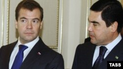 Türkmenistanyň prezidenti Gurbanguly Berdimuhamedow (sagda) we Orsýetiň prezidenti Dmitriý Medwedew Türkmenbaşy şäherinde, 2010-njy ýylyň 22-nji oktýabry.
