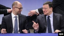 Ukrainian Prime Minister Arseniy Yatsenyuk (left) and European Commission President Jose Manuel Barroso during the signature ceremony of a financing program for Ukraine in Brussels on May 13.