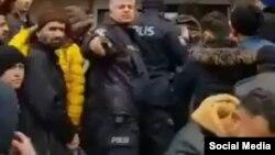 پلیس ترکیهای که به سوی پناهجویان اسپری فلفل پاشید