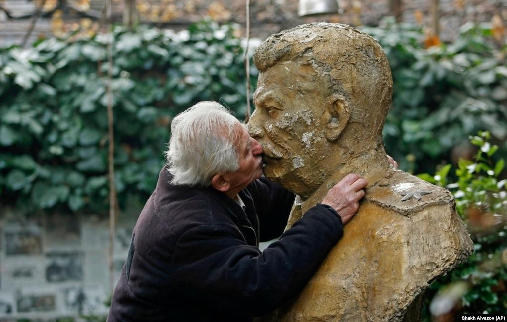 І все ж традиція радянських поцілунків триває. Один з її хранителів – Ушангі Давіташвілі. На подвір'ї його будинку встановлений бюст Сталіна