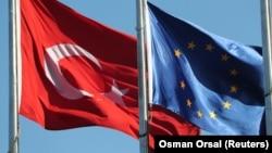 Флаги Турции и Европейского союза.