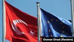 Архива: Знамињата на ЕУ и Турција.