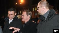 Ministri i Jashtëm gjerman, Guido Westerwelle (në mes) në Sheshin e Pavarësisë në Kiev.