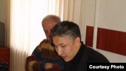 Азамат Кадыралиев, артында Рөне Коня Жети-Өгүздөгү жолугушууда, 8-феврал, 2010-жыл.