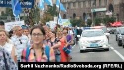 Марш представників профспілкових організацій в знак протесту проти підвищення комунальних тарифів. Київ, 6 липня 2016 року