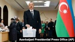 Президент Азербайджана Ильхам Алиев, лидер правящей партии «Новый Азербайджан» (Yeni Azərbaycan Partiyası — YAP), голосует на избирательном участке на выборах в Милли меджлис. Баку, 9 февраля 2020 года.