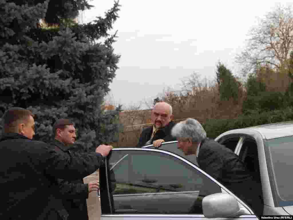 Liderul transnistrean, Igor Smirnov, si seful Misiunii OSCE in R. Moldova, Philip Remler, sosesc la intalnirea cu premierul moldovean Vlad Filat