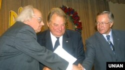 Серед засновників «Народного руху» було двоє міністрів закордонних справ – Геннадій Удовенко (в центрі) та Борис Тарасюк, який на фото тисне руку Іванові Драчу