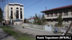 """Офис компании """"Казахмыс"""" (слева) и здание буддийского храма (справа). Алматы, апрель 2013 года."""