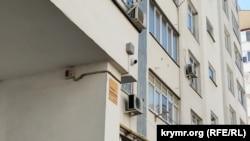 Камера видеонаблюдения над подъездом дома 49-Б на проспекте Победы