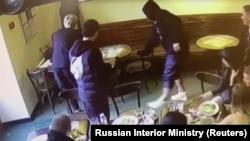 Кадры с камеры наблюдения в кафе, где 8 октября произошла драка.