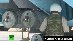 Кадр Russia Today, где видны зажигательные бомбы РБК-500 ЗАБ-2,5СМ, установленные на российском истребителе на российской авиабазе в Сирии, 18 июня 2016 года.