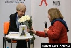 Сьвятлана Алексіевіч дорыць кветкі Малгажаце Шэйнэрт