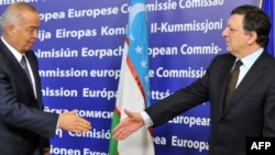 Belgium -- European Commission Chairman Jose Manuel Barroso (R) welcomes Uzbek President Islam Karimov before their meeting in Brussels, 24Jan2011
