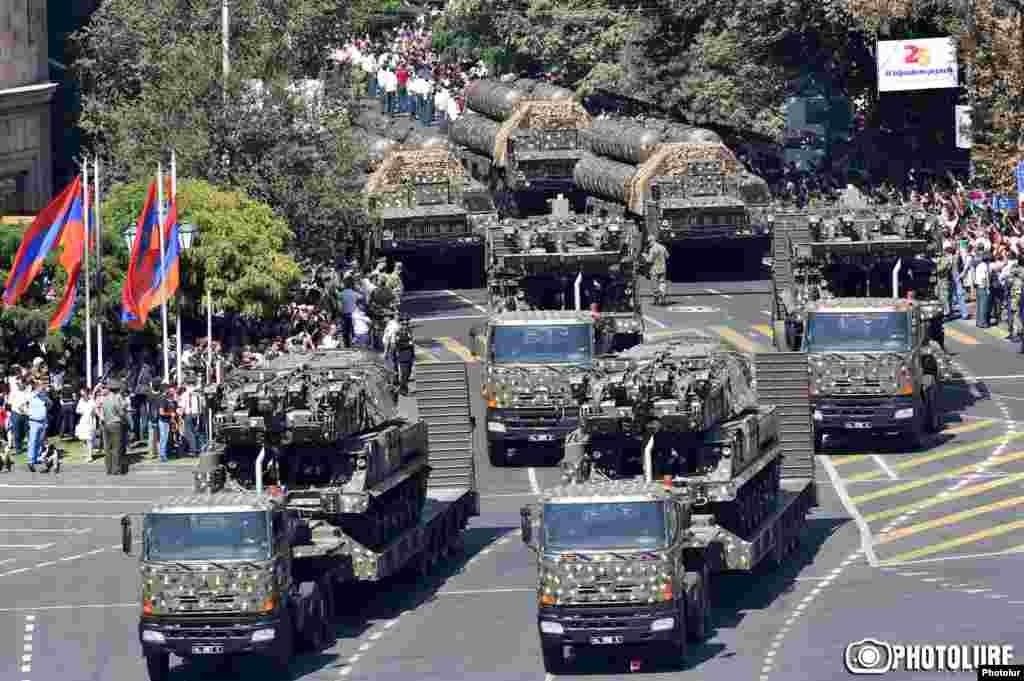 Еревандағы парадқа қатысқан әскери техника.