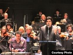 سالار عقیلی، خواننده، همراه با جاوید افسری راد، آهنگساز و نوازنده سنتور، در کنسرت اسلو