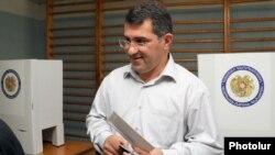 Արմեն Մարտիրոսյանը քվեարկում է թիվ 6/26 ընտրատեղամասում