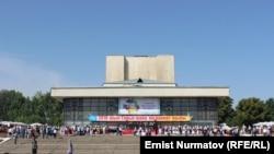 Султан Ибраимов атындагы Ош улуттук драм театрынын алдындагы салтанат.
