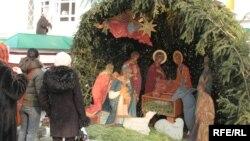 Рождество кезінде шіркеу алдына қойылған макет. Алматы, 6 қаңтар 2009 жыл. (Көрнекі сурет)