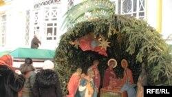 Декорация с библейскими мотивами перед Свято-Вознесенским кафедральным собором. Алматы, 6 января 2009 года.