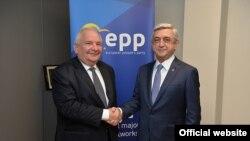 Президент Армении Серж Саргсян (справа) встречается с председателем ЕНП Жозефом Долом Брюссель, 27 февраля 2017 г.