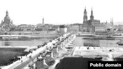Снимка на града от края на XIX век. Вляво е Църквата на Богородица (Фрауенкирхе) от XVIII век.