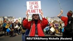 """Një protestuese në Londër duke mbajtur mbishkrimin: """"Nuk ka një planet të dytë"""". (Foto arkiv)"""