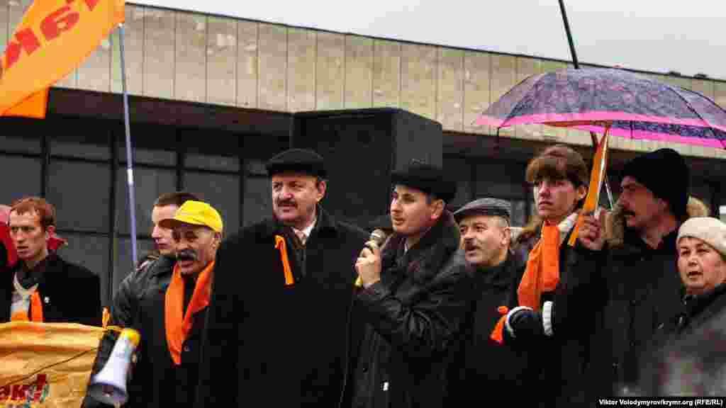 Yuşçenko tarafdarları, Lenin eykeli yanında yer aldı.