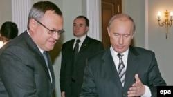 Премьер-министр России Владимир Путин (справа) и президент банка ВТБ Андрей Костин