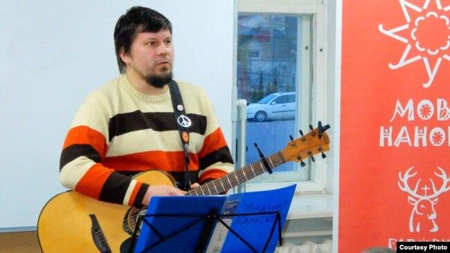 Алесь Дзянісаў падчас выступу на курсах «Мова нанова»