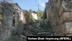 Лестница ведет к улице Углицкой