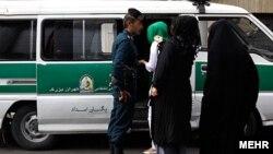 Tehranda polis «münasib» formada geyinməyən qadınları saxlayır. 16 iyul 2012