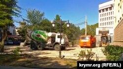 В центре Симферополя компания «Крымдорстрой ЛТД» строит автостоянку. При этом уничтожены несколько столетних деревьев