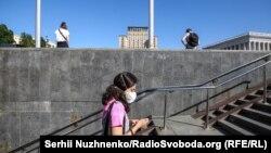 Дівчина в захисній масці в центрі Києва