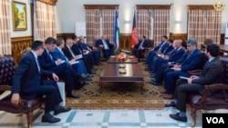 """O'zbekiston Tashqi ishlar vaziri Abdulaziz Komilov boshliq delegatsiya 8-9-iyul kunlari Kobulda bo'lib, bir qator rasmiy uchrashuvlar o'tkazdi. Surat """"Amerika ovozi""""dan olindi."""
