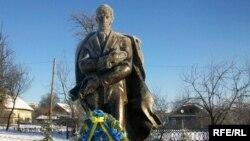 Пам'ятник Степанові Бандері в Старому Угринові (1.01.2009 р.)